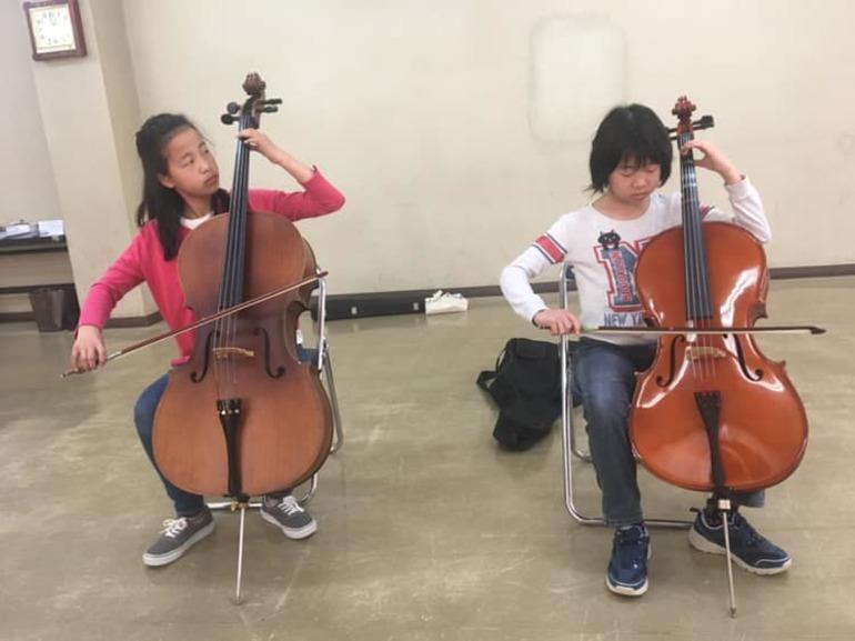 めきめき上達する子どもたちは、ヴァイオリンに慣れると今度はチェロに挑戦し始めました!
