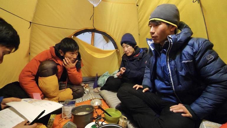 テントの中で計画を立てるヒマラヤキャンプ