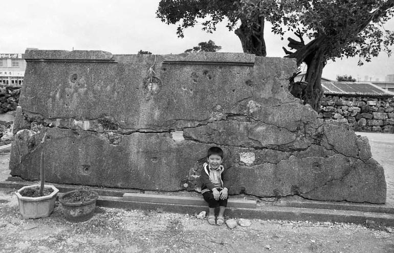 傷だらけのヒンプン1972/写真・大城弘明