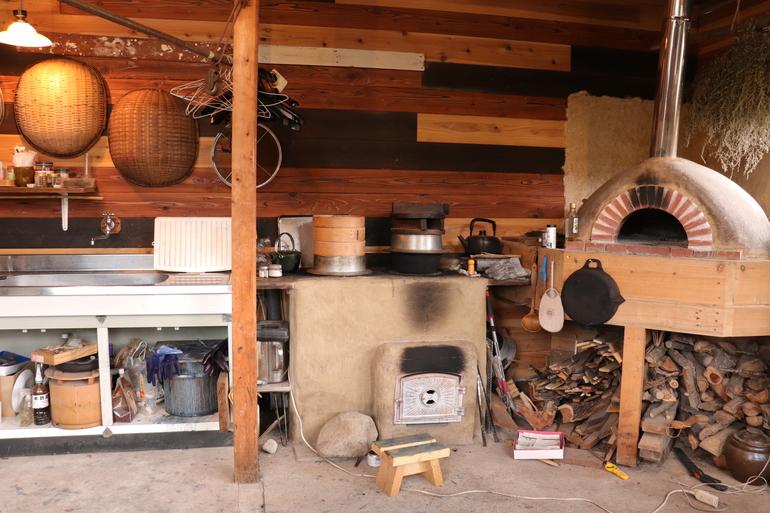 竈とピザ窯。廃材などを利用してDIY
