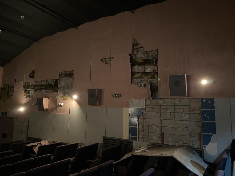 震度6強の地震で被災を受けた劇場内の被害状況です。